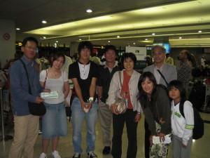 ドバイで乗り継ぎ便が欠航、翌日の便の搭乗券をやっと手に入れ一安心。同じ便に乗る日本人旅行者と。