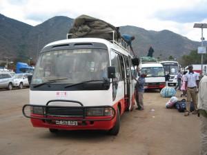 シャトルバスでタンザニアへ。国境にて。