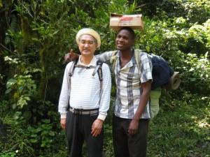登山開始一本目。高岡M氏とサブガイド。頭の上の箱は卵。