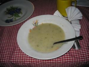 小屋での夕食。これはキュウリ入りスープ。