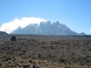 反対側の険しい山。