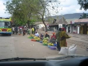 沿道のバナナ売り。