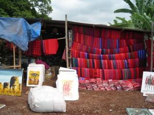 マサイ族の着ける布を売っている。
