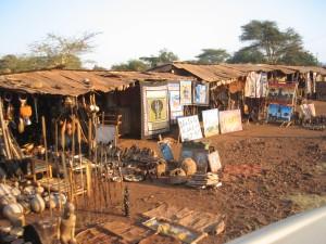 バラック小屋で土産物売り。夜は、Lake Manyara Hotelに宿泊。