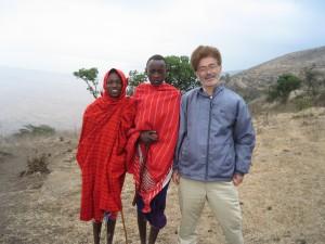 ンゴロンゴロのクレーターを見ようと車と降りたがガスで見えず。マサイの少年と。写真はチップが必要。高度もあり寒いのだが、マサイはほとんど布一枚しか着けていない。