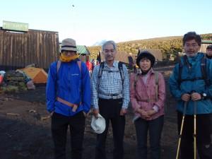 ホロンボ小屋で休んでいるとアタック隊が無事帰還。夜を徹しての登頂成功、おめでとう!