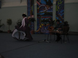 箏の演奏をバックにフラメンコを踊る