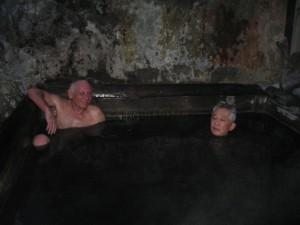 温泉でくつろぐ品川先生