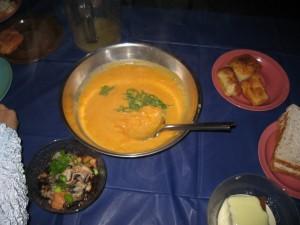 クマラ(サツマイモのスープ)。昔は主食だった?左下はカキやアワビの酢の物。