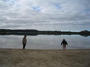 湖の向こうが返還された土地。湖辺にはマヌカが自生していている。